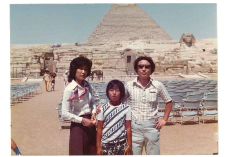 家族3人でエジプト旅行をしたときの母・元さん(左)