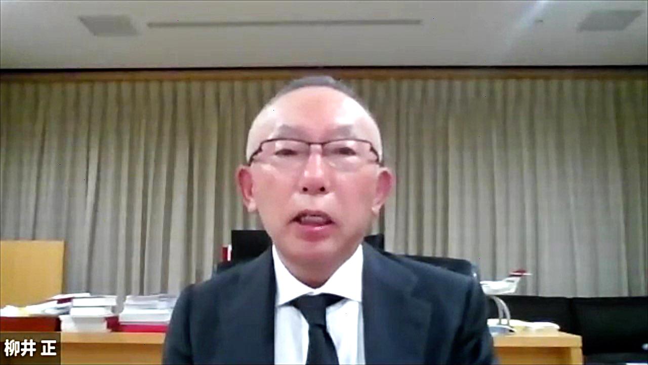 贈呈式に参加する柳井正氏